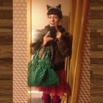 roser amills con orejas de gato y bolso verde