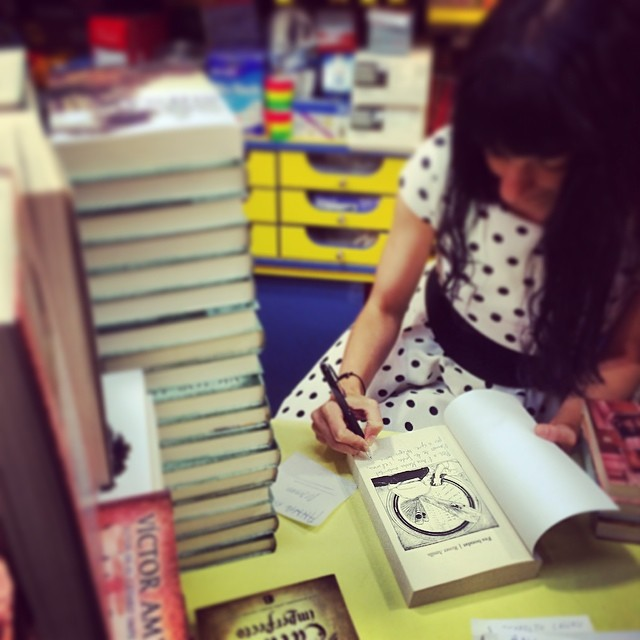 roser amills en serret llibres firma de ejemplares de su novela se buena