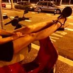 roser amills sobre una moto piernas