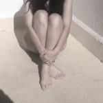 roser amills desnuda rodillas terraza al sol