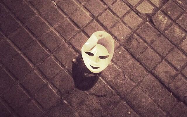 """""""Halloween, el único día del año en que todos llevan una máscara menos yo"""" Dexter"""