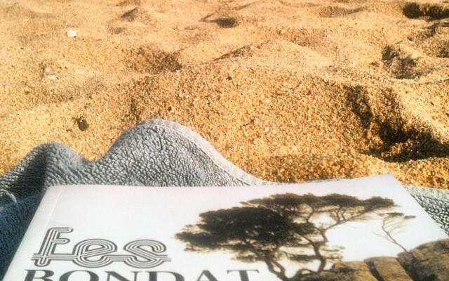 """by @afromarc86 """"@roseramills llegir-te despullat tambe mola #fesbondat #nudisme #barcelona"""""""