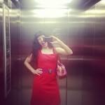 Roser Amills divertida de rojo ascensor