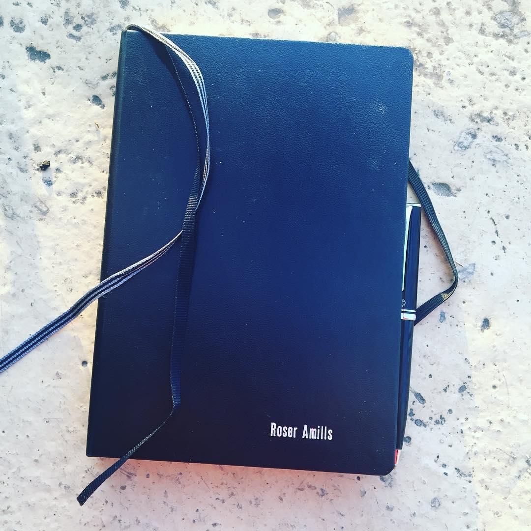 El sábado en @lacentral_llibreria me regalaron un cuaderno precioso con mi nombre grabado: ya estoy escribiendo la próxima novela en él