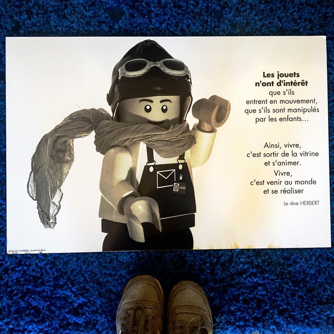 Obra de @jlhandorra, se ha venido a jugar a casa. Con que juguete vivo juegas tú? #lego
