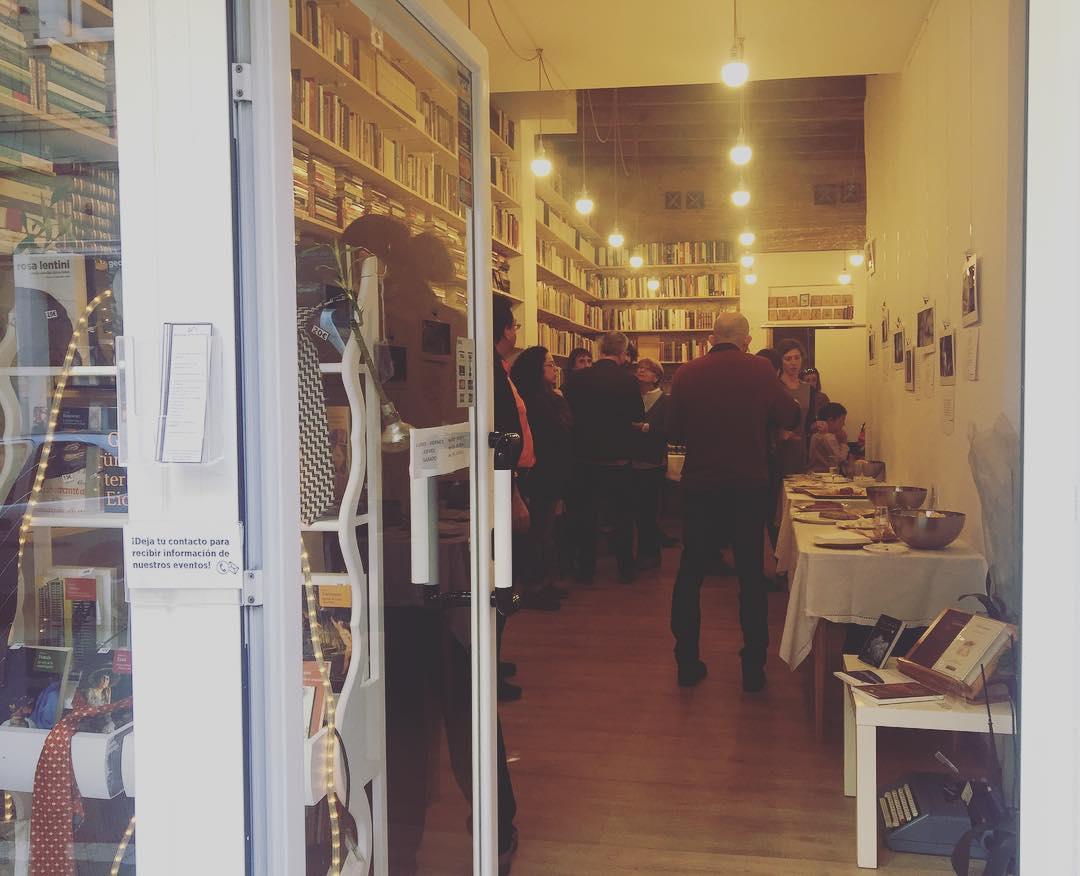 Celebramos el 1er aniversario de la libreria @animalsospechoso de @roaroadelgado Venid a brindar!