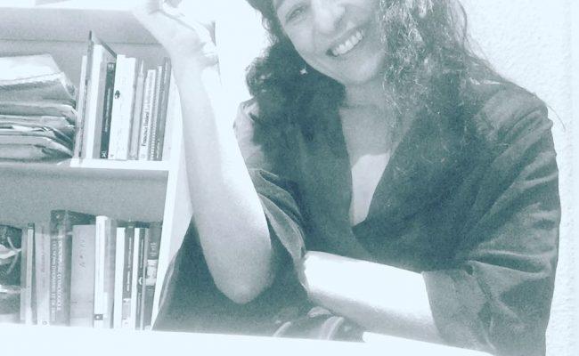Mis rituales de ponerme a escribir :)) 🎼 On se rappelle les chansons Un soir d'hiver, un frais visage La scène à marchands de marrons Une chambre au cinquième étage Les cafés-crèmes du matin Montparnasse, le Café du Dôme Les faubourgs, le quartier latin Les Tuileries et la Place Vendôme… 🎼