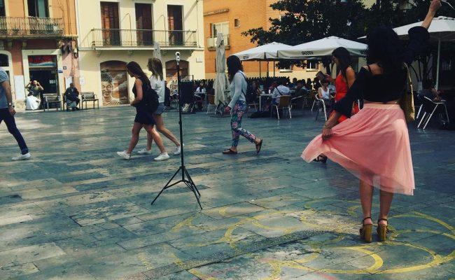 Què feia avui així a la #plaçadelsol ? Aviat ho sabreu! Fa les fotos @akanita7 [faldilla de @justfab_es ]