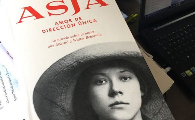 Es un honor que Martí Gironell esté leyendo ya la novela sobre #asjalacis que @comanegra acaba de distribuir hoy en librerías!