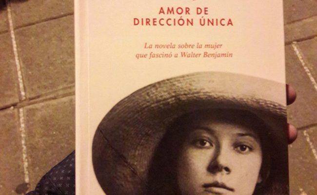 RT de @juanmelenchon, aquesta tarda: Després de dues hores voltant per llibreries del barri ja el tinc 😙 … (i ara va ja per la pàgina 50! 🎉📚)