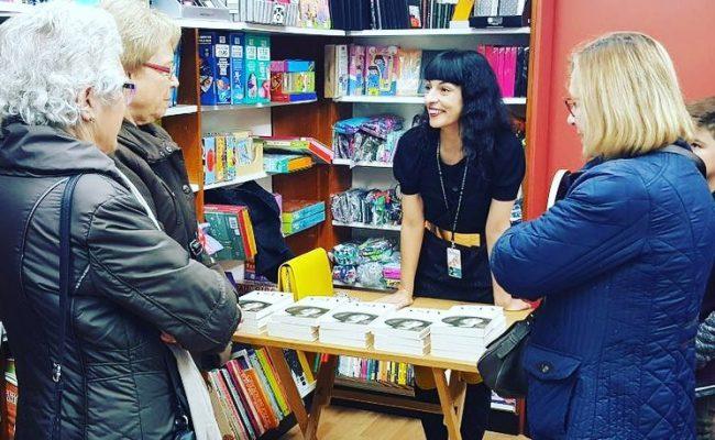 Lo más bello después de escribir es conversar con lectores. Gracias #llibreriaarola #illencib y @comanegra