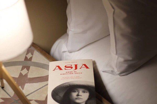 """Gracias @maria_almenar 💕 #repost """"Sacarles los colores a los burgueses es uno de los deportes favoritos de las rusas revolucionarias"""". 💪  En estas noches de otoño me acompaña a la cama la fascinante historia de #AsjaLacis y #WalterBenjamin  #lecturasaldente #ComaNegra"""
