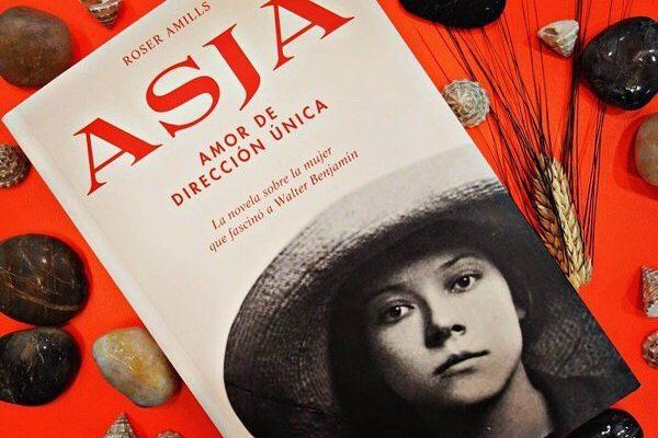 """#Repost de @alibri_llibreria : """"Quien fuma exacerba la respiración. La inhalación se vuelve profunda, y en consecuencia, la exhalación, como cuando suspiramos. Cabría preguntarnos, entonces: ¿por qué suspiramos? Eso se preguntaba Asja una y otra vez"""". —'Asja', Roser Amills.  La cuarta novela de @roseramills rescata la figura de Asja Lacis de las profundidades del olvido. Una mujer fuerte, inteligente y valiente cuyo amor fue Walter Benjamin.  ____________ #asjalacis #walterbenjamin #roseramills #1955 #libros #librosrecomendados #llibres #books"""