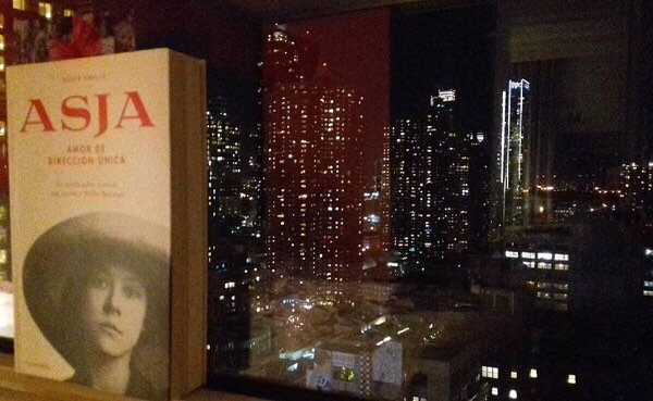 Gracias @aitaner por esta fabulosa foto!!! #Repost #Asja in the city  #nyc #reading #asjalacis #book #booksworthreading #window #night #city