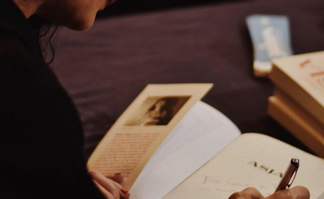 Foto de ayer de @mariavlau en la firma de #libros 📚🌹 #AsjaLacis en #IlMercatino di #SanValentino @galleryhotelbcn @stb_siamotutteblogger @angelavisco @marrateebcn #stbeventi #siamotutteblogger @llibreriajaimes #asjalacis 💕 #walterbenjamin 📚 #comanegra #mallorquina #algaida #llibres #libro #books #bookshop #libreria #llibreria #bestseller #leermola #leeressexy #lecturas #booklover #bookstagram #cultura #regalalibros #regalallibres #novela #guerramundial #revolucionrusa