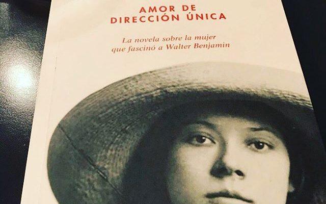 Qué ilusión que @organizalarabia tenga mi novela! #repost: #libro #asjalacis #amordedireccionunica  #roseramills #libros #megustaleer #linesandcircles #walterbenjamin #leyendo