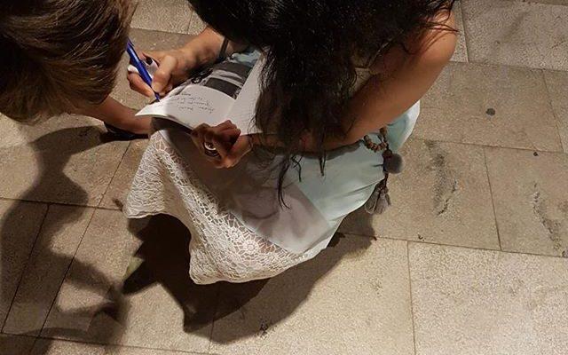 Dedicar libros de poesía es maravilloso. Gracias @festival_poesart #PoésArt2018 [foto de @yvesuag ]