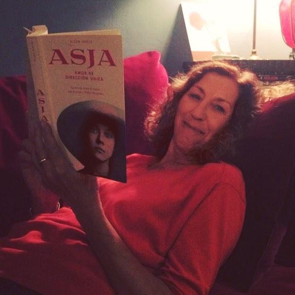 Dos mujeres a las que admiro, juntas!!! @la_valles lee #asjalacis y me hace muy feliz. Trabajé a sus órdenes, y con gusto, hace 20 años :)) Gracias, Anna Vallès! Y a @lacentral_llibreria por venderle la novela!!!
