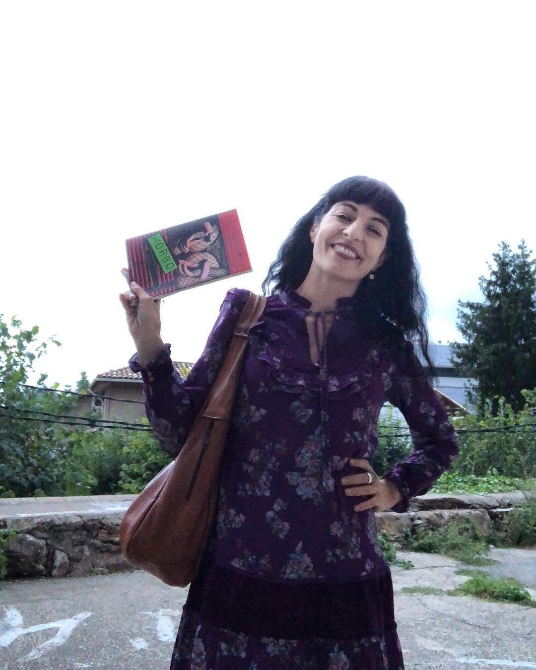 """Amb els ulls tancats / em gaudeixo. Amb els ulls oberts / m'aprecies qualsevol dels orificis. / Per això és que parpellejo, / per tenir-ho tot. 📚Roser Amills, poema de """"Morbo"""", Cossetània 2012 (2ª edició, bilingüe català-castellà)"""