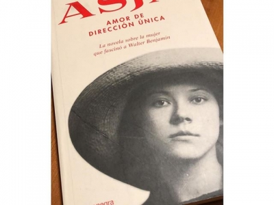 """Me alegra la mañana @nuriaantoli que también tiene preparado este ejemplar de #asjalacis para la fiesta de cumpleaños del miércoles!!! A los 7, dije """"cuando sea mayor voy a ser escritora"""". Demostradme que os creéis las dos cosas: que ya soy mayor (con 44 creo que sí!) y que me sabéis escritora ;))"""