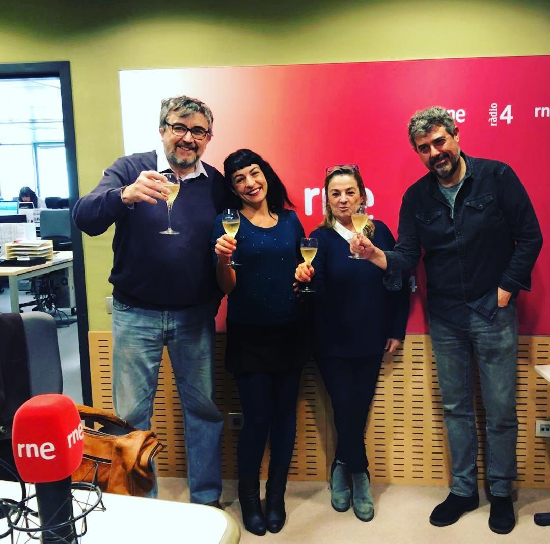 Ja hi som, comença @son4dies a @radio4_rne i ens ha obligat a fer la foto amb cava la Gemma de @agustitorellomatacava ;))